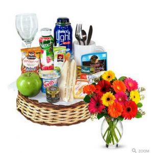 desayuno bajas calorías y florero con gerberas